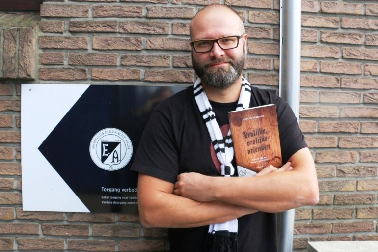 Supporter Dimitri Verbelen stelt debuutroman voor