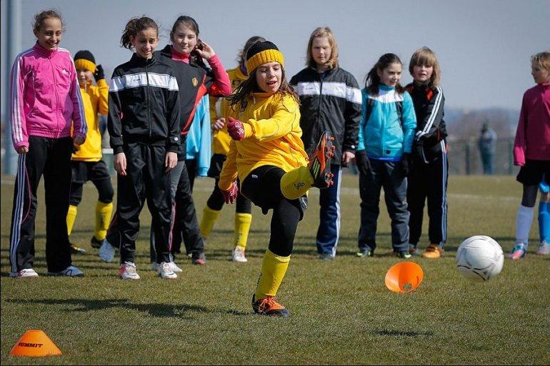 Divas starten meisjesvoetbalcentrum